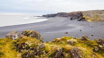 spiaggia islandese con rocce laviche nere, penisola di snaefellsnes, islanda