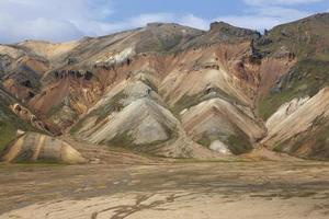 Islanda. zona sud. fjallabak. paesaggio vulcanico con formazioni di riolite.