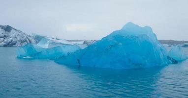 bella immagine vibrante del ghiacciaio islandese e della laguna glaciale con