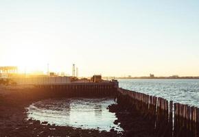 bacino di legno marrone sul mare durante il giorno