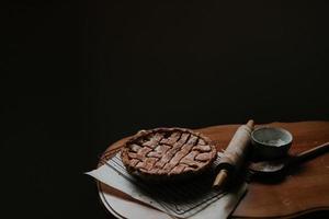 torta al forno su un tavolo marrone