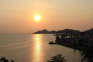 coucher du soleil à la mer foto