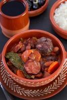 stufato in ciotola di ceramica con riso e olive