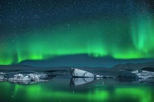 iceberg sotto l'aurora boreale
