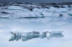 iceberg galleggianti. jökulsarlon, islanda