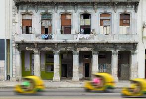 divertente moto taxi su una strada dell'Avana