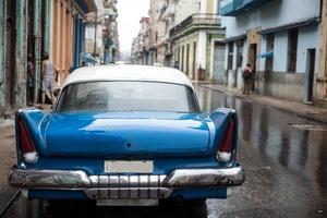 scena di strada in una giornata di pioggia a l'avana, cuba