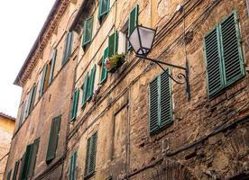 strada medievale e vecchie case a siena, italia