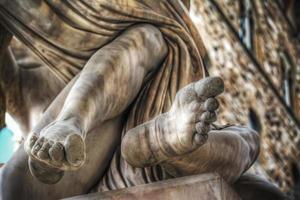 particolare dei piedi della statua del ratto di polissena