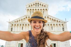 donna che fa selfie davanti al duomo di pisa, italia
