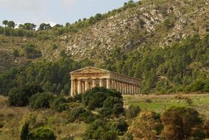 tempio greco nell'antica città di segesta, sicilia