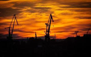 grande gru del cantiere navale al tramonto a Danzica, Polonia. foto