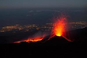 il monte etna produce fontana di lava