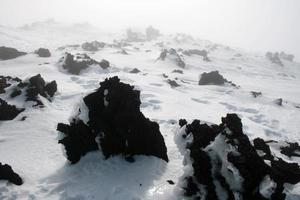 etna, vulcano della sicilia coperto di neve