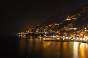 vista notturna di amalfi