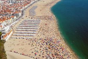 vita da spiaggia a nazare, portogallo