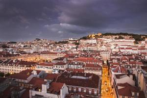 città di Lisbona di notte dall'alto