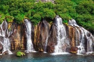 Islanda, cascate di hraunfossar in una bella giornata di sole estivo
