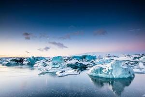 iceberg galleggianti nel lago glaciale di Jokulsarlon al tramonto. islanda del sud.