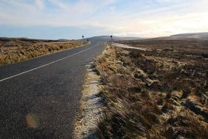 strada di campagna in giornata di inverni soleggiati