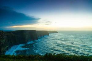 scogliere di moher al tramonto in co. clare irlanda europa.
