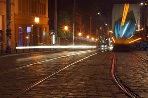 luci di auto e tram in strada