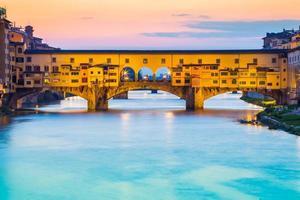 crepuscolo al ponte vecchio a firenze, italia
