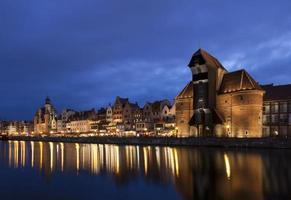 la gru portuale medievale a Danzica di notte, in Polonia