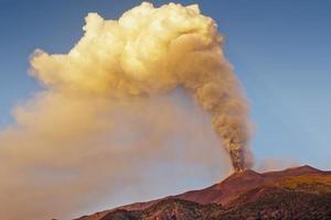 fuoco e fumo dell'etna foto
