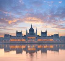 palazzo del parlamento a budapest, ungheria, all'alba