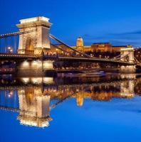 il castello di budapest e il ponte delle catene la sera, ungheria