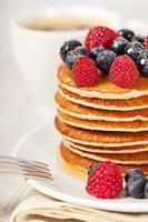 pila di frittelle con colazione ai frutti di bosco