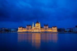 il parlamento con la riflessione nel fiume danubio