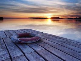 cintura di salvataggio sul molo al tramonto