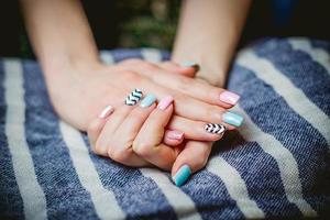 la ragazza mostra il manicure blu
