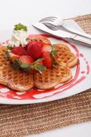 waffle topping con fragole e decorazioni