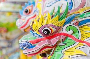 festosa testa di pietra del drago colorato nel tempio del buddha foto