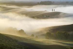 bella mattina nebbiosa in toscana