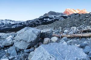 paesaggio di montagna rocciosa durante il giorno