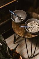 una ciotola grigia con cereali e una ciotola vuota