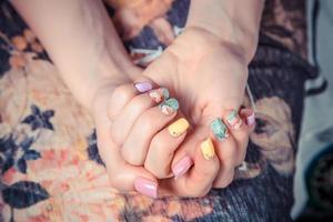 manicure sulla tovaglia di fiori