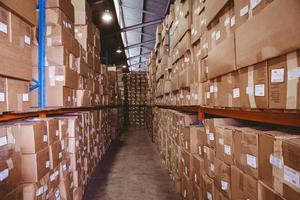 scaffali con scatole in magazzino foto