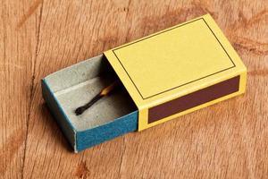 fiammifero bruciato in scatola di fiammiferi