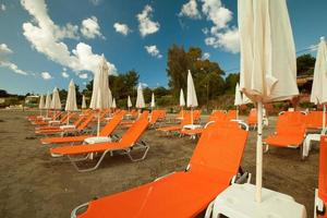 sdraio con ombrelloni sulla bellissima spiaggia
