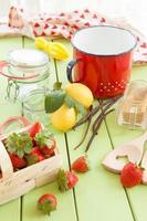 marmellata di cottura con fragole fresche foto