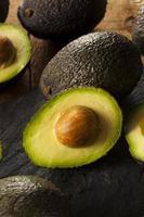 avocado verdi grezzi biologici foto