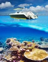 spiaggia e barca a motore con vista subacquea barriera corallina