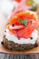 panino con salmone rosso salato da vicino. foto