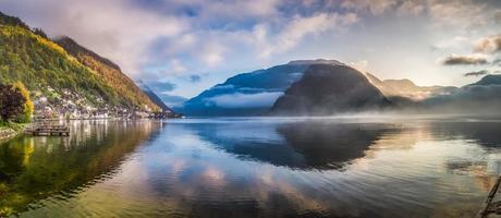 grande panorama del lago nebbioso all'alba a hallstatt, austria
