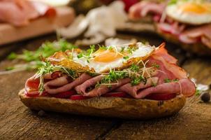 panino al prosciutto affumicato, pane rustico foto